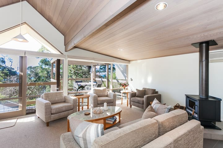 TOP DECK - Cosy wood fire, wifi, stylish townhouse in a superb Lorne location