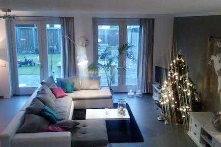 Comfortable spacious family stay - Nuenen - Hus