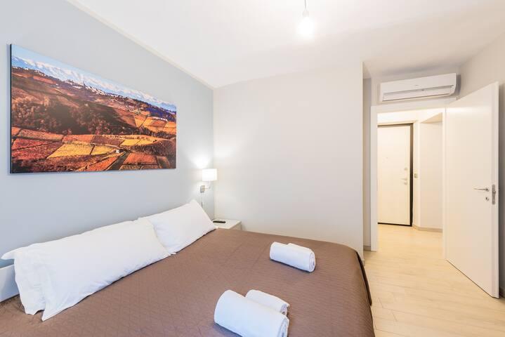 unit.3 : 1st bedroom, kingsize bed, smart tv