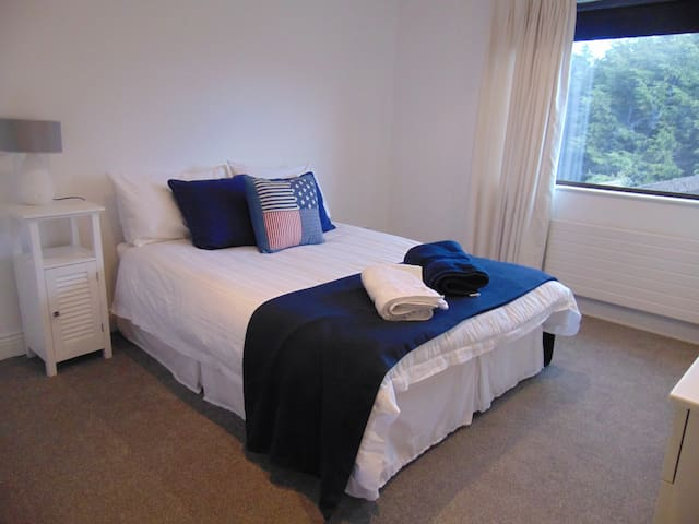 Right by Phoenix Park, large double room ensuite