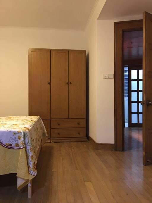 Spacious bedroom (宽敞的卧室)