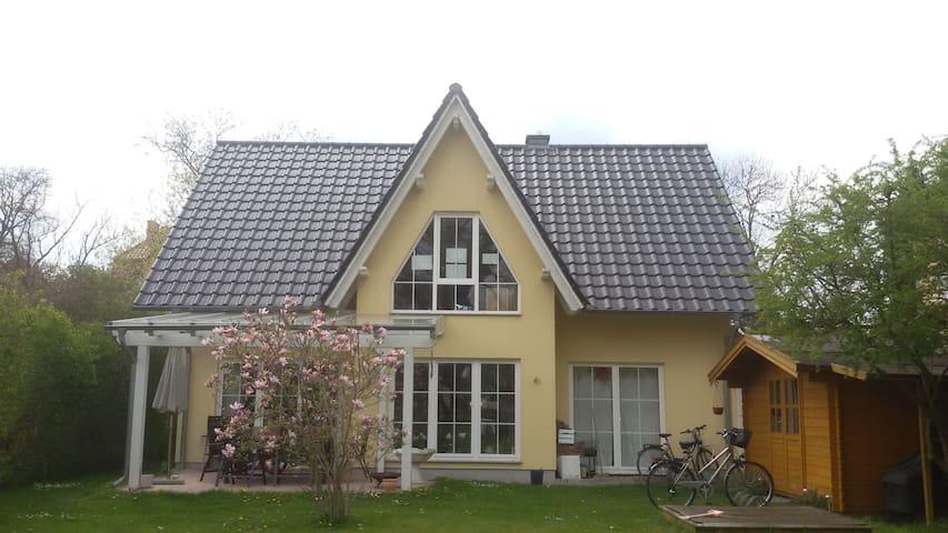 Haus im Grünen nahe Berlin - Falkensee - บ้าน