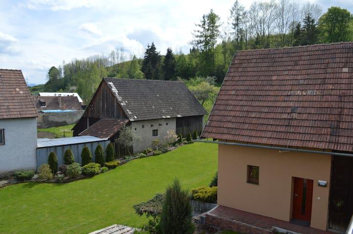 Pohľad zhora na Privat 3 a záhradu