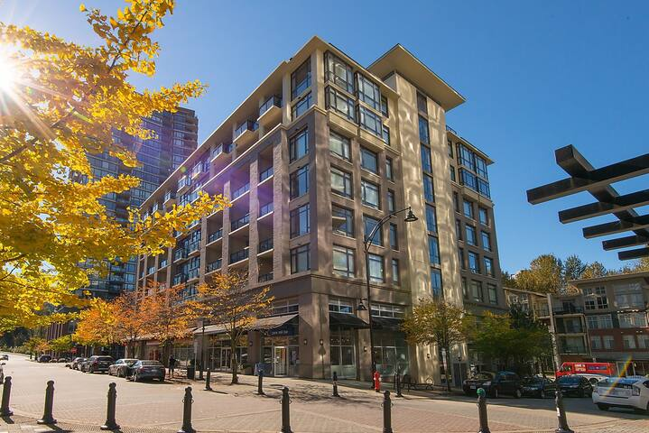 Luxury Penthouse w/views metres from Skytrain