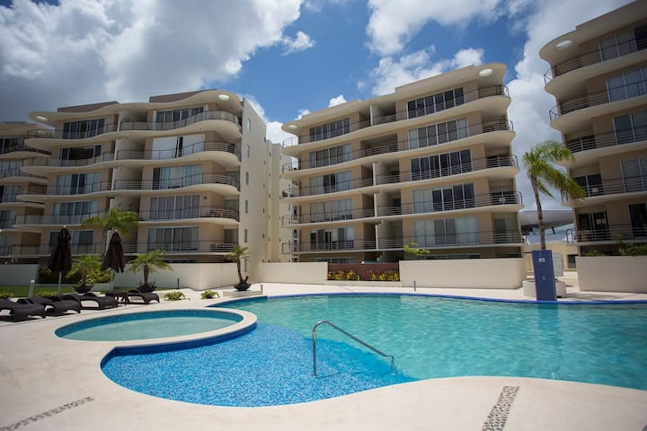 Pool & jacuzzi, 2 bedrooms, perfect location!