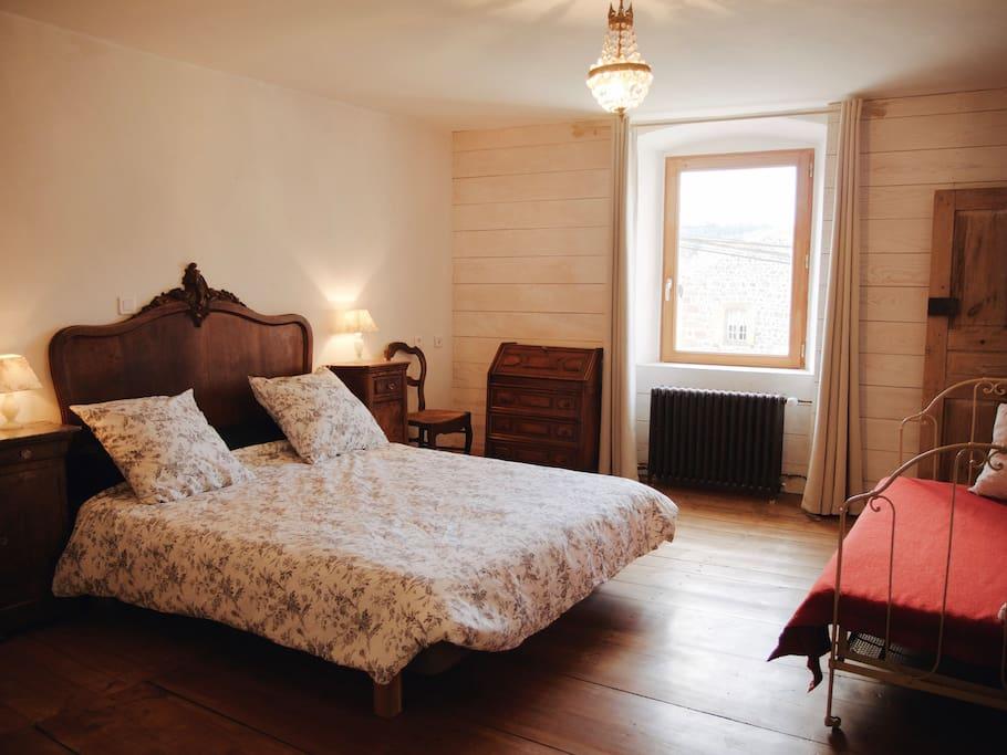 La chambre, spacieuse et lumineuse