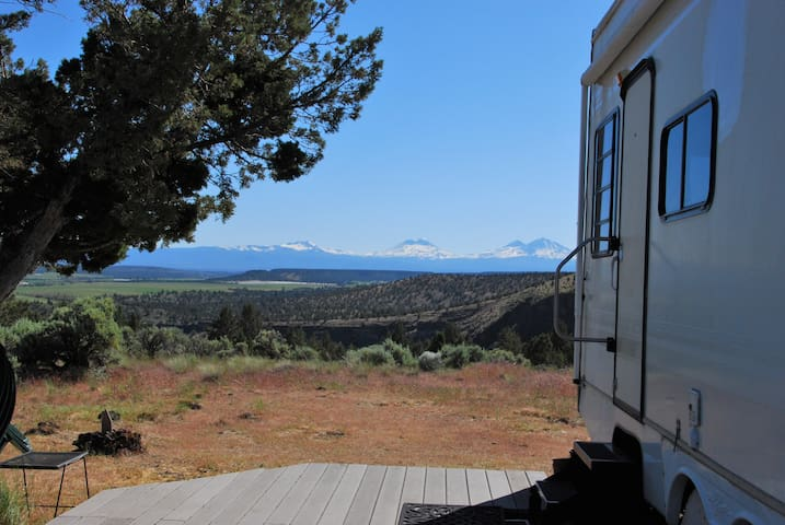 Magnificent  Mountain Views in Spacious & Comfy RV