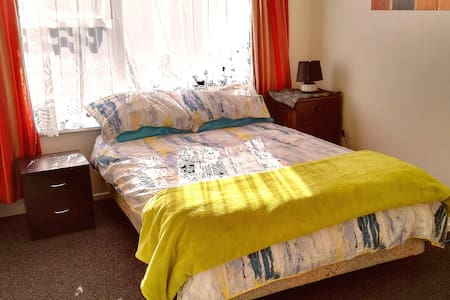 Sunny room near beach, free wifi - Christchurch