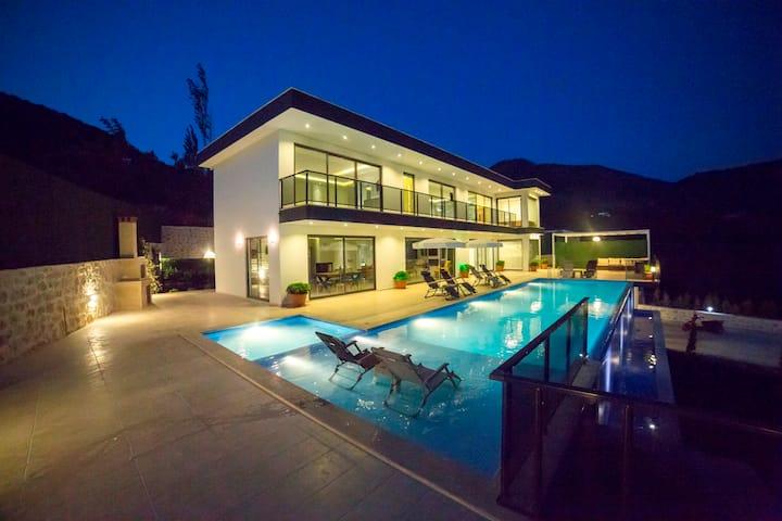 Villa Miracle kapalı açık yüzme havuzlu lüks villa
