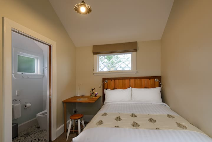 Cute and cosy double room at the Eco Villa