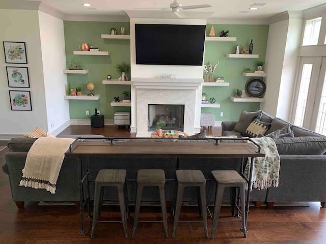 ⭐️Emerald Industrial NEW Townhome w/ Concierge⭐️