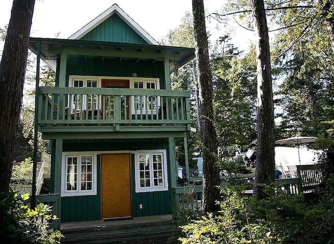 Waterfront Cabin w Hot Tub & Deck *Pets Welcome* - Ucluelet