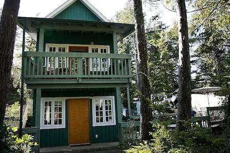 Waterfront Cabin w Hot Tub & Deck *Pets Welcome* - Ucluelet - Ház