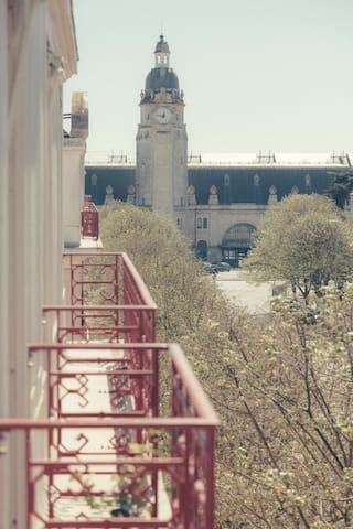 Balcons des chambres donnant sur la gare