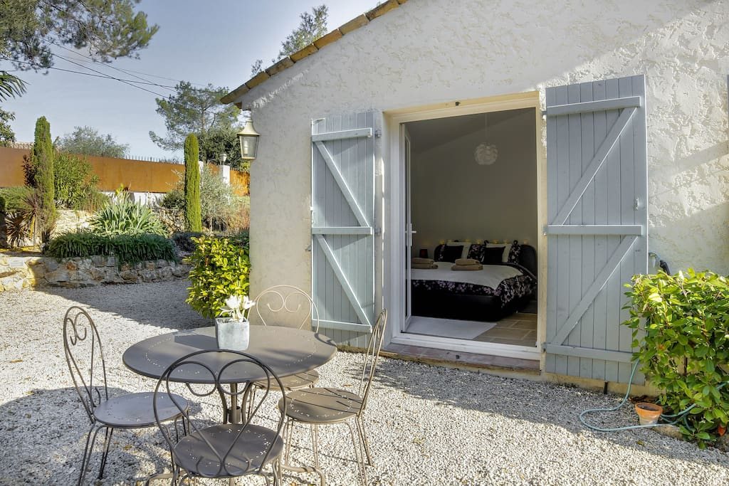 Salon de jardin privé devant la chambre
