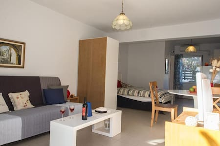 """Chic and comfy studio"" μόλις 150m από τη παραλία - Kalamata - Apartment"