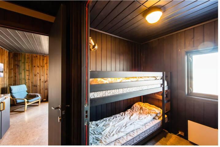 Det er et soverom på hytten