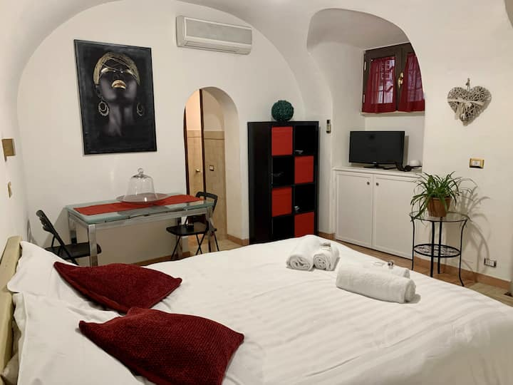 MARMOROSSO: Romantic Studio Apt next to Pantheon