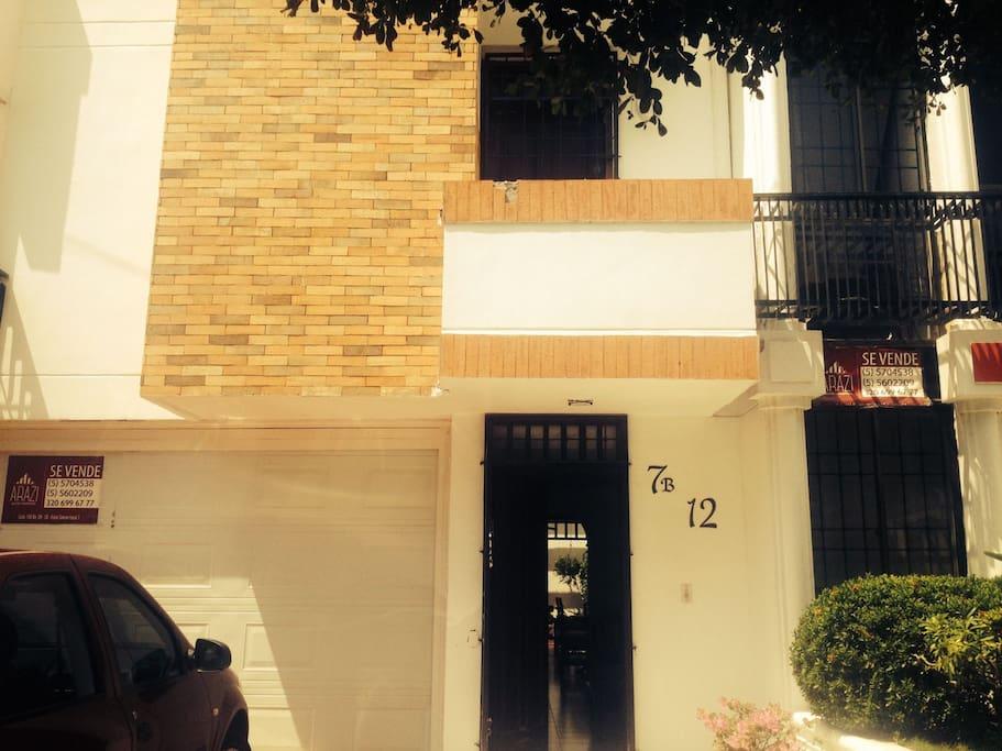 fachada y entrada principal