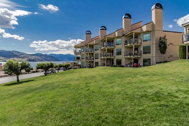 Charming lakefront condo with a shared pool, hot tub, and dock