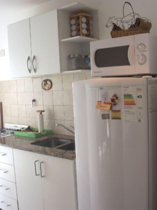 Cocina completa con microndas, lavarropas, heladera con freezer y elementos de planchado