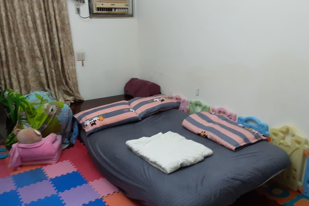 床是在客廳 公共區域 ,不是房間  會有小孩走動  因為有小孩客廳會有些凌亂的玩具  嚴苛客勿入住!