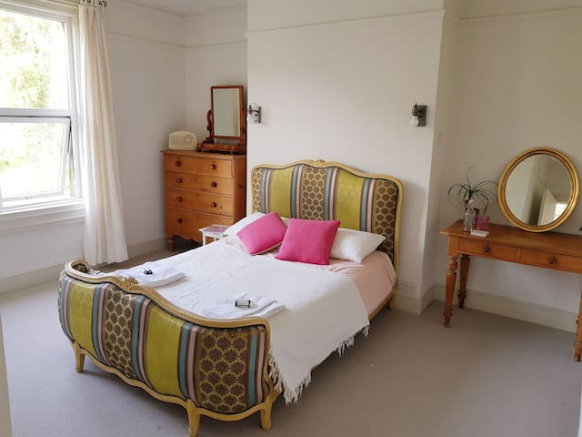 Villa Short Walk to Centre, Sleeps 2-4, Parking