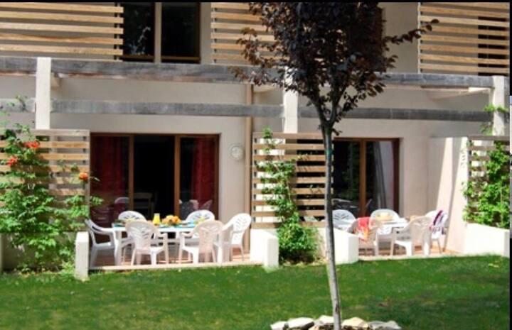 Appart avec terrasse dans résidence avec piscine