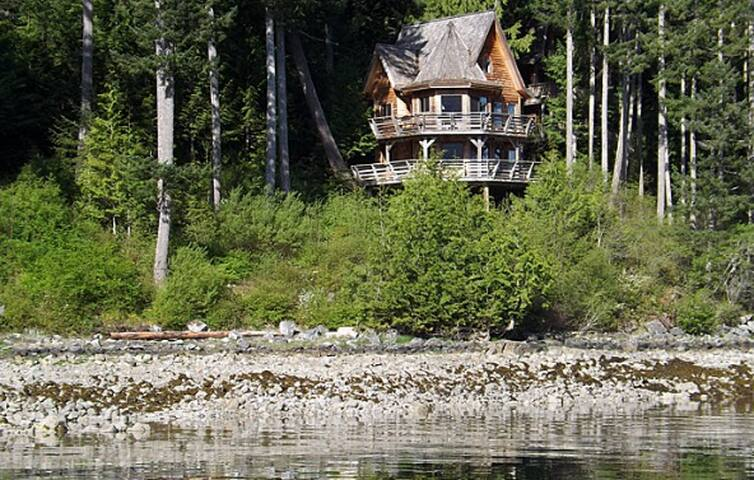 Cozy Waterfront 1 Bedroom Chalet + Patio