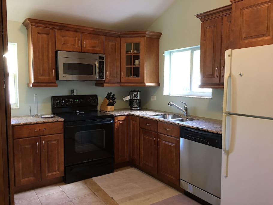 Full gourmet kitchen with all appliances. Granite. Solid wood cabinets.