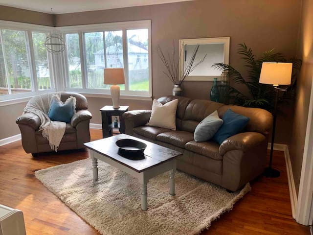 Private Bungalow Close to Downtown Picton