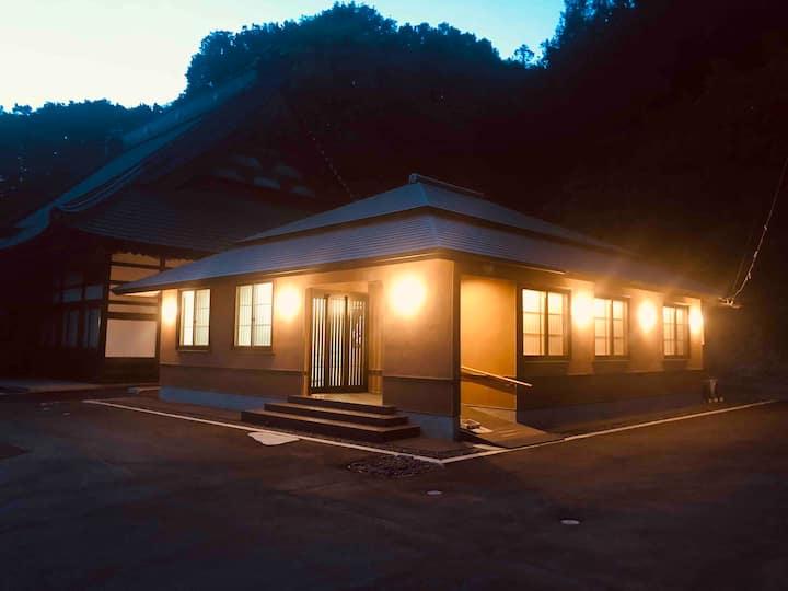SAMURAI侍が大切に守ってきた美しい場所。1日1組限定。本殿横のデラックススイート。