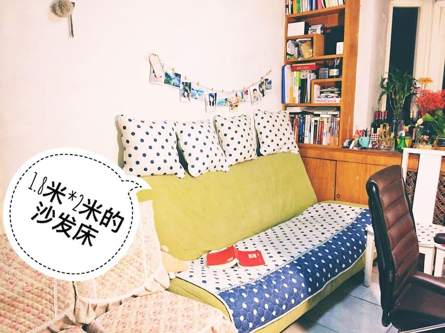 这是一个沙发床,打开后可以睡,两个瘦的完全没问题,哈哈
