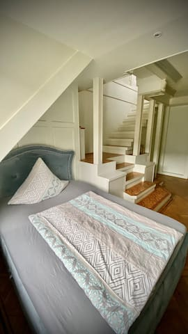 Box spring bed in the lower level (entry level)