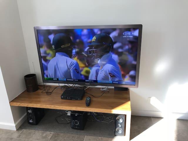 Wide screen TV, WiFi, chromecast