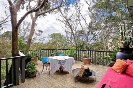 Black Cockatoo - Secret Garden Mountains Home