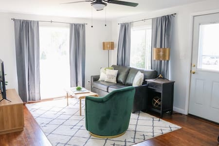 ★Cozy & Stylish Home Minutes from DT Sheridan★