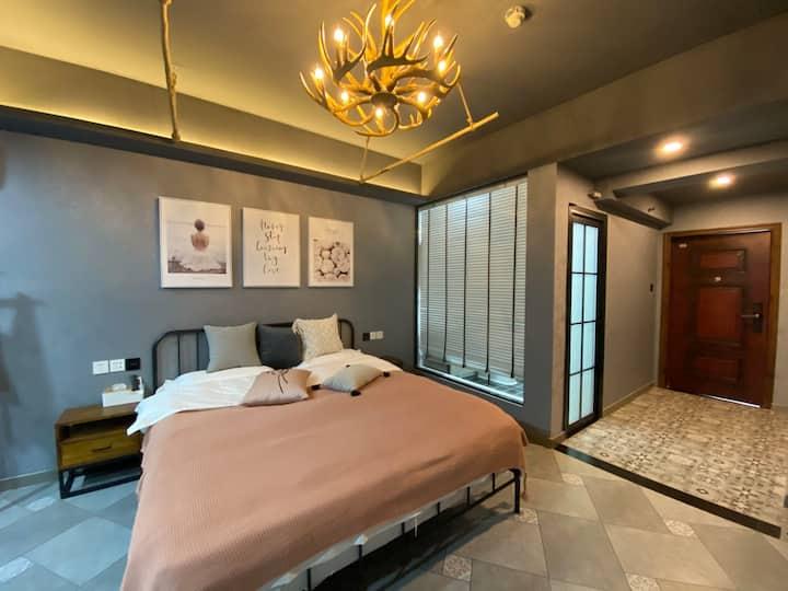 【wawa芊雨设计师品牌民宿】—灰色空间房间,本房源是电梯房,密码锁,超大落地窗、自助入住。