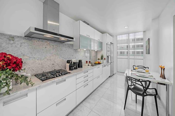 Espaçosa e elegante cozinha, completamente equipada.