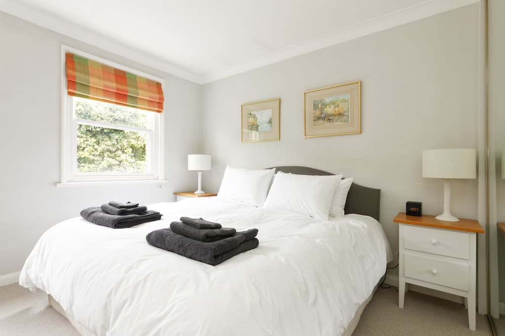 Lovely light and spacious bedroom. Super kingsize bed.