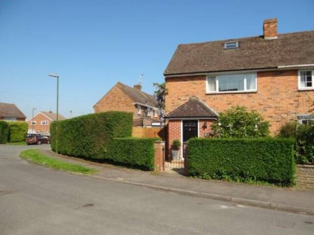 3 bedroom spacious house with drive near Goodwood