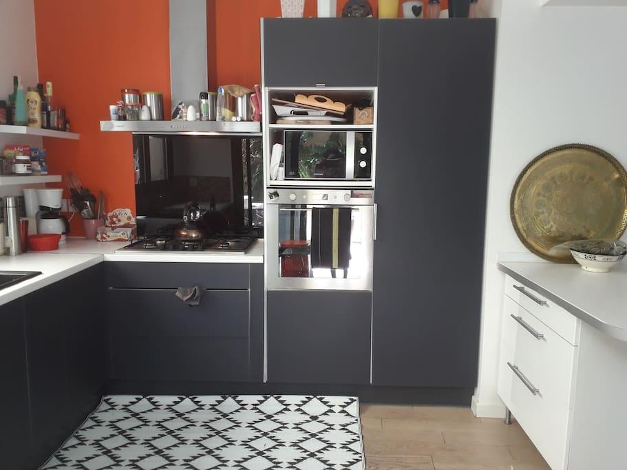 Cuisine spacieuse et toute équipée : four électrique, micro- ondes, lave-vaisselle, cafetière, grille-pain et autres électroménagers, vaisselle en nombre suffisant et autres ustensiles.