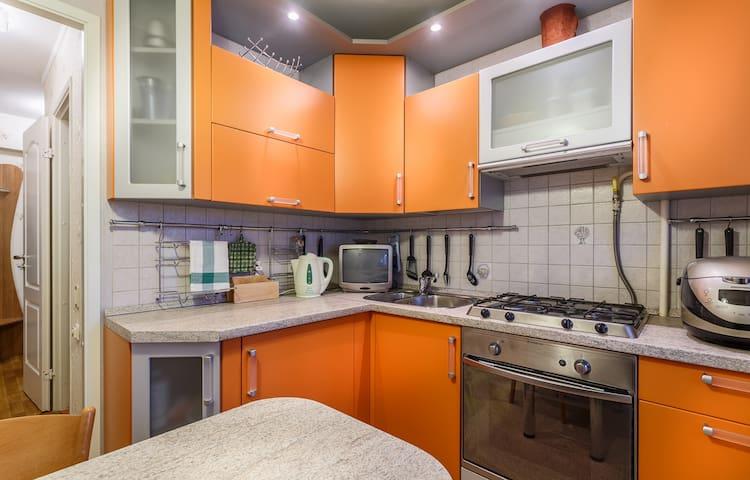 Полностью оборудованная всем необходимым кухня с полноразмерным духовым шкафом и мультваркой // Fully equipped kitchen with a full-size oven and a multicooker