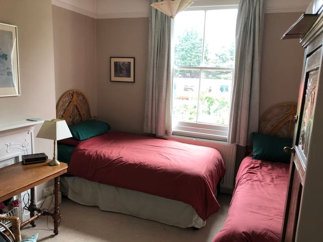 Large bedroom near Richmond Park with 2 beds