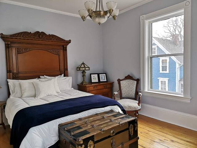 Queen Room inside Carlisle House