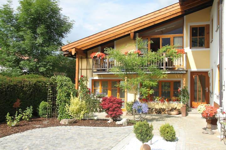 Romantiksuite - sonniger Balkon mit Bergblick
