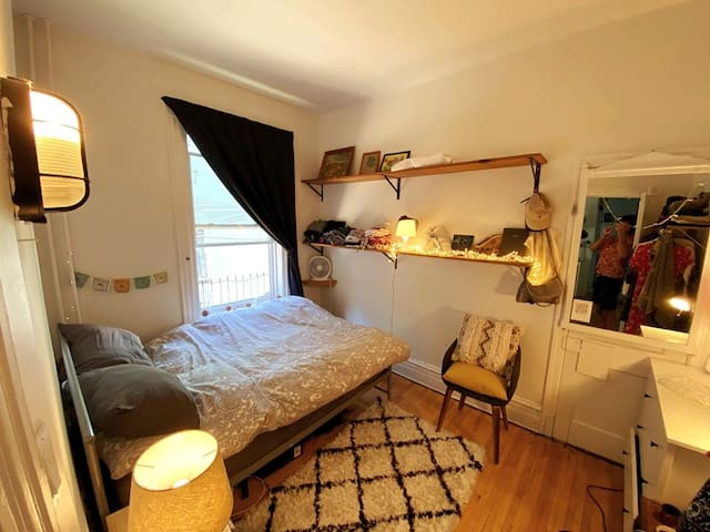 Bedroom in Le Plateau / Mile-end