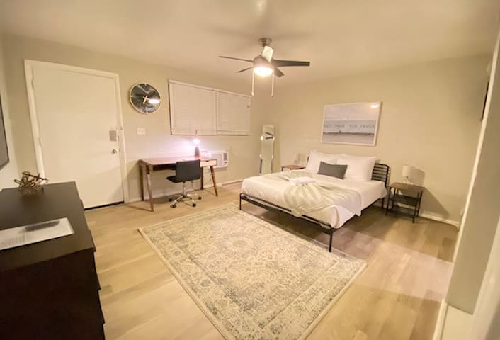 Close to Old Town! Renovated Contemporary Studio
