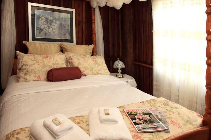 4 poster cedar queen bed