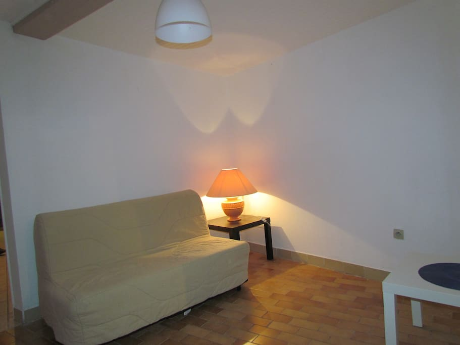 petit salon avec télévision climatisé